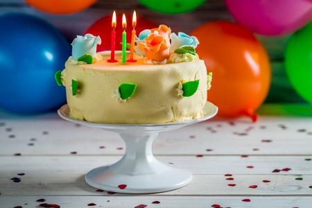 pastel de cumplea�os: Disfrute de su pastel de cumplea�os Foto de archivo