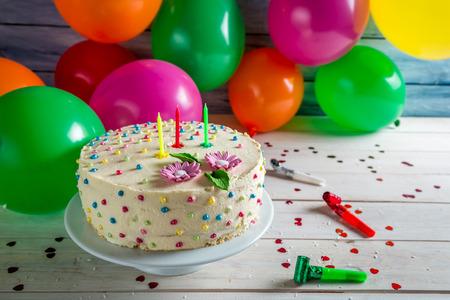 pastel de cumplea�os: Torta de cumplea�os listo para para una fiesta Foto de archivo