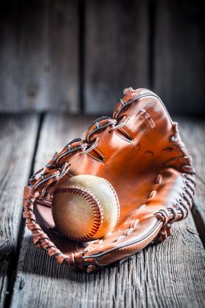 guante de beisbol: Guante de b�isbol vieja y pelota Foto de archivo
