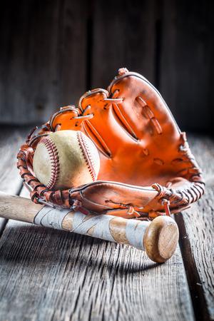 at bat: Guante de la vendimia y bola de béisbol