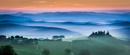 san quirico d'orcia: Beautiful green fields and meadows at sunset in Tuscany