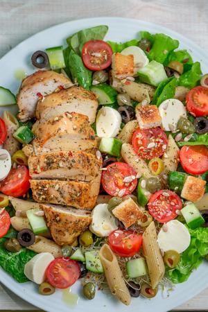ensalada cesar: Ensalada C�sar con verduras frescas y pollo Foto de archivo