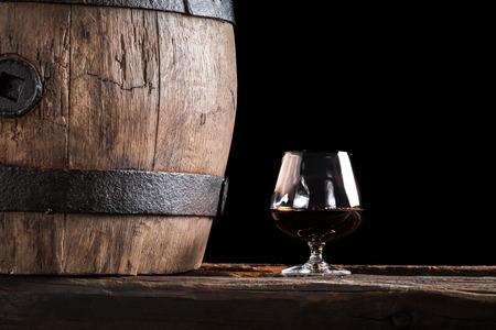 グラスのコニャックや古い木樽