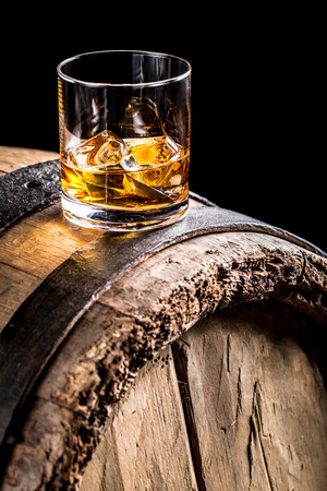 Whiskey üveg és régi fahordós