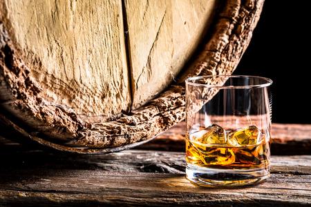Whiskyglas och gamla ekfat Stockfoto