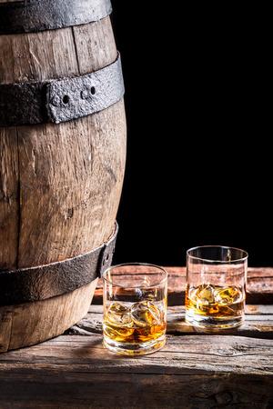 高齢者のウィスキーを 2 杯