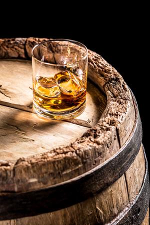 Glas van oude whisky in de distilleerderij kelder Stockfoto