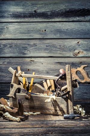 joinery: Vecchia casella di falegnameria con gli strumenti
