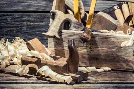 joinery: Vecchia casella di falegnameria di legno con gli strumenti