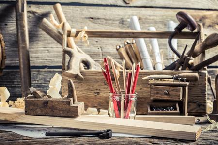 描画ワーク ショップと古い木工のワークベンチ