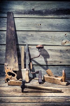 cincel: Martillo, sierra y cincel en mesa de madera vieja Foto de archivo