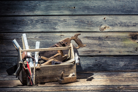 Martello, sega e pialla nella carpenteria cassetta degli attrezzi Archivio Fotografico - 37062857