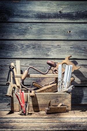 carpintero: Herramientas del carpintero de la vendimia en la caja de herramientas de madera