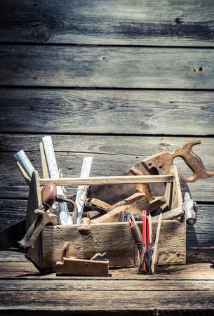 Hamer, zaag en beitel in het timmerwerk toolbox Stockfoto
