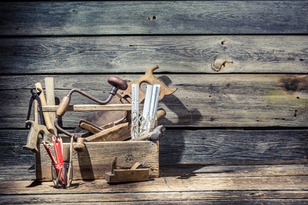 Ferramentas de carpinteiro idoso