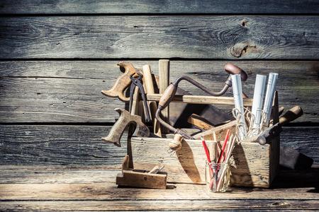 Ferramentas do carpinteiro do vintage em uma caixa de ferramentas