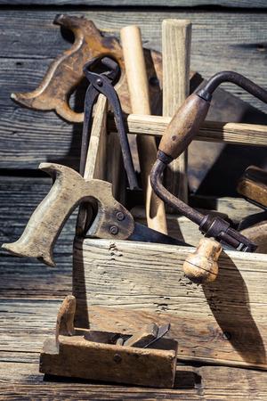 carpintero: Herramientas del carpintero que trabaja en un taller