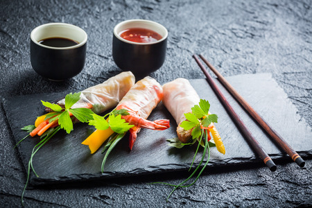 Loempia met groenten geserveerd met sojasaus