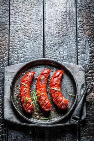 ソーセージ グリル ホット バーベキュー料理に新鮮なハーブと 写真素材
