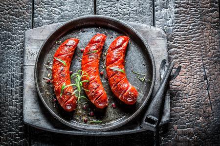 saucisse: Saucisse rôtie aux herbes fraîches, plat barbecue chaude