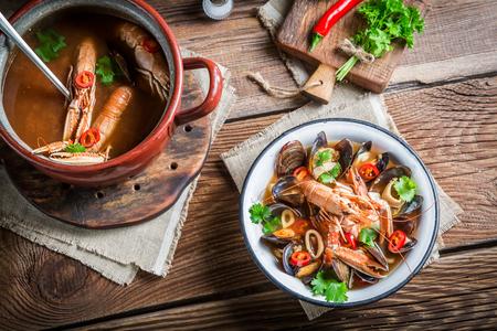 mariscos: Sopa de marisco con gambas y mejillones