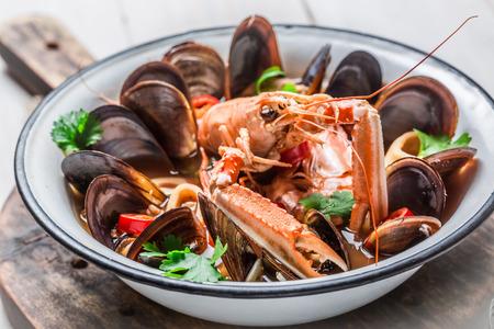 mariscos: Sopa picante de mariscos con camarones y mejillones