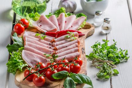 carnes: Ahumado embutidos con hierbas y pimienta Foto de archivo