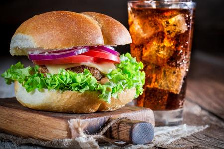 Bevanda fredda con hamburger fresco