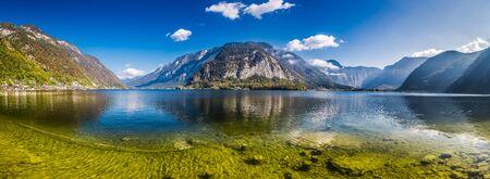 Glashelder bergmeer in Alpen, Hallstatt, Oostenrijk