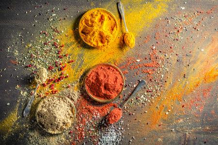 Vivid specerijen en kruiden op oude lijst