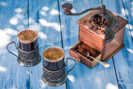 aromatický: Aromatické mletá káva s bruskou Reklamní fotografie