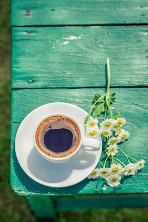 Utsökt kaffe i trädgården