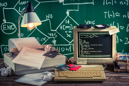 Travailler sur l'algorithme dans le laboratoire d'informatique millésime Banque d'images - 44942656