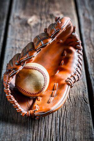 softbol: Primer plano de un guante de b�isbol de edad y la bola