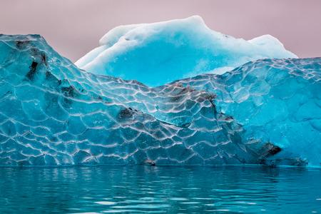 차가운 호수, 아이슬란드에서 파란색 빙산