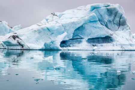 Lenyűgöző jéghegyek úszó a tavon, Izland