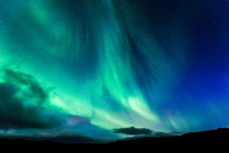 夜のアイスランドのオーロラ