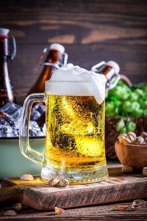frio: Cerveza fresca y fría con los pistachos