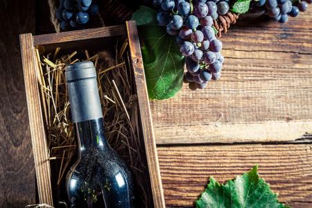 Lekkere rode wijn in houten kist Stockfoto