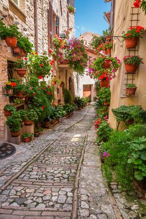 Veranda i liten stad i Italien i solig dag, Umbrien