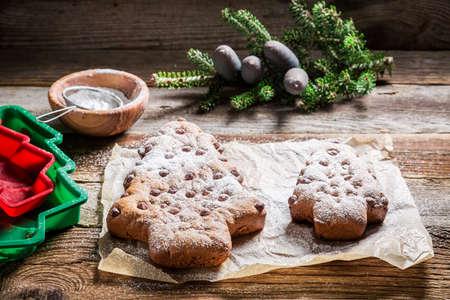 galletas de navidad: árbol de navidad del pan de jengibre con azúcar glas para la Navidad Foto de archivo