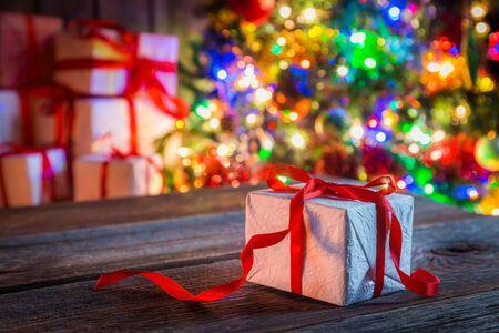 cajas navide�as: Tradicionalmente regalo de Navidad con el �rbol y las luces en el fondo