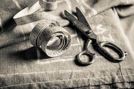 Primo piano del tavolo da cucito con le forbici e stoffa