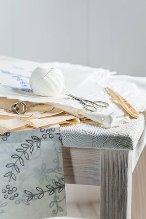 servilletas: servilletas bordadas con hilo blanco de la vendimia