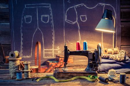 coser: taller de sastre de edad con la máquina de coser y tela Foto de archivo