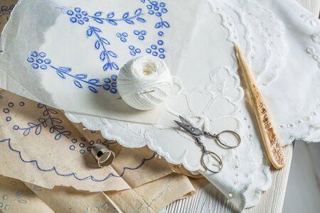servilletas: servilletas bordados hechos a mano con hilo blanco Foto de archivo