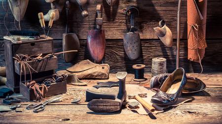 신발, 끈 및 도구가있는 Cobbler 작업장