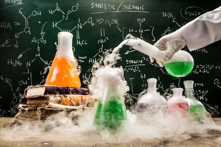 학술 실험실에서 화학 공식 확인
