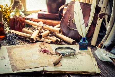 Vecchio witcher labolatory pieno di rotoli e ricetta Archivio Fotografico