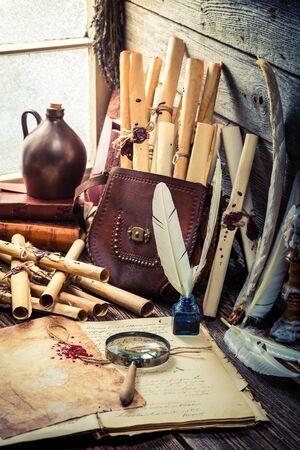 herbalist: taller vieja bruja llena de pergaminos y receta